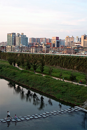 Cheonggyecheon greenway stream. Photo courtesy of bluesbird83 on Flickr