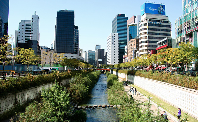 Cheonggyecheon, Seoul South Korea. Photo by alexbarlow on Flickr.